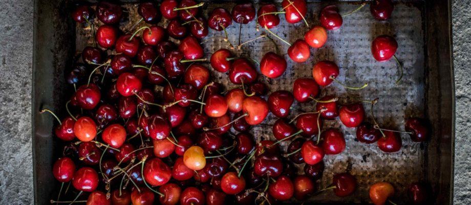 Reife Kirschen in einer Box - Früchte